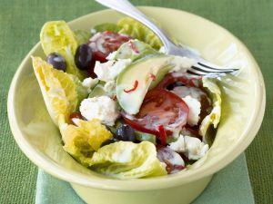 Romanasalat mit Schafskäse, Tomaten und Avocado Rezept