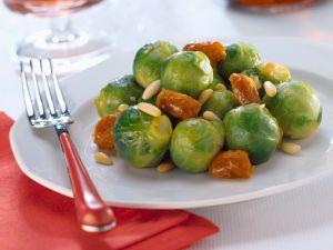 Rosenkohl mit Trockenfrüchten und Pinienkernen Rezept