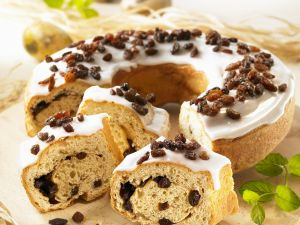 Rosinen-Hefekuchen mit Zuckerguss Rezept