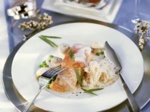 Rotbarsch mit geräuchertem Lachs und Erbsen-Champignon-Soße Rezept