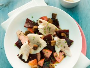 Rote Bete-Apfelsalat mit Fisch Rezept