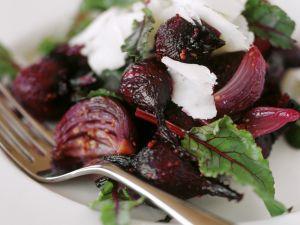 Rote-Bete-Zwiebelsalat mit Ziegenkäse Rezept