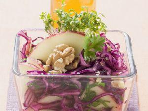 Rotkohl-Apfel-Salat mit Walnüssen Rezept
