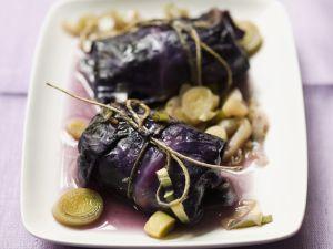 Rotkohlrouladen mit Hackfleisch gefüllt und Lauchgemüse Rezept
