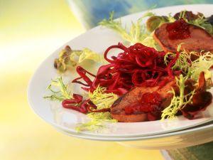 Rotkohlsalat mit Preiselbeeren und gebratener Entenleber Rezept