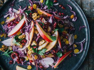 Rotkohlsalat mit roten Zwiebeln Rezept