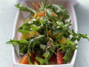 Rucola-Zitrus-Salat mit Sesamkörnern Rezept