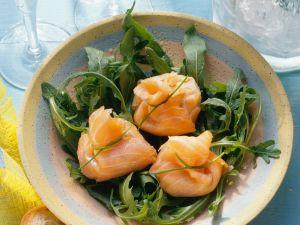 Rucolasalat mit gefüllten Lachs-Säckchen Rezept