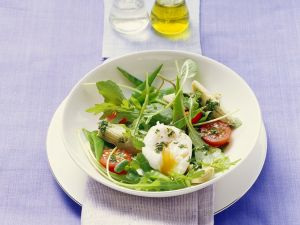 Rucolasalat mit Gemüse und pochiertem Ei Rezept