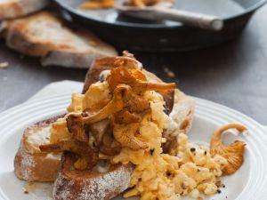 Rührei mit Pilzen auf Brot Rezept