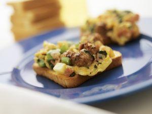 Rührei-Toasts mit Spinat und Bratwurst Rezept