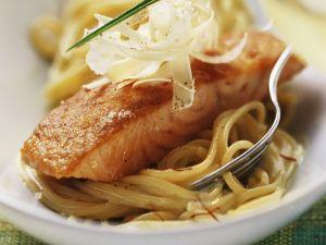 Safran-Spaghetti mit Lachs Rezept
