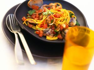Safran-Spaghetti mit Venusmuscheln und Tomaten Rezept