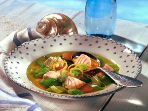 Safranbouillon mit Fischfilet und Gemüse Rezept