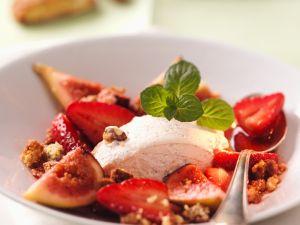 Sahneeis mit Erdbeeren und Knusperkrümeln Rezept