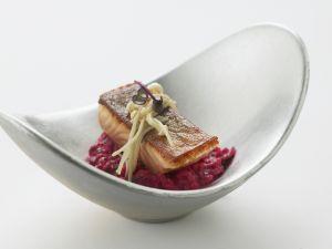 Saibling mit Enoki-Pilzen und rotem Risotto Rezept