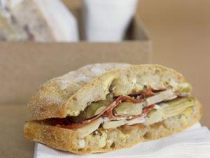 Salami-Sandwich mit Artischocken Rezept