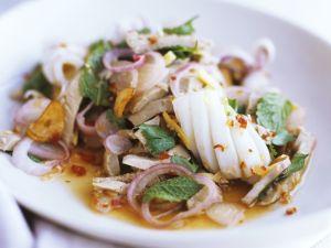 Salat auf Thai-Art ( Tintenfisch, Schweinefleisch, Chilivinaigrette) Rezept