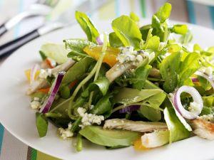 Salat aus Brunnenkresse mit Zwiebeln und Hühnchen Rezept
