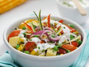 Salat aus Gemüse und frischem Dressing Rezept