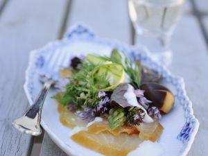 Salat aus Räucherfisch, Spargel und frischen Kräutern Rezept