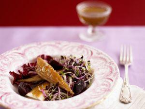 Salat aus Roter Bete, Radicchio, Räuchermakrele und Sprossen Rezept