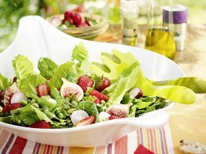 Salat mit Erdbeeren, Feigen und Radieschen Rezept