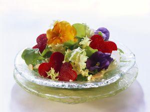 Salat mit Essblüten und Rote-Bete-Herzen Rezept