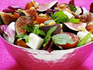Salat mit Feigen, Feta, Tomaten und Pinienkernen Rezept