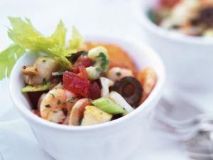 Salat mit Frutti di mare, Stangensellerie und Oliven Rezept