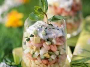 Salat mit Garnelen, Weizen und Gurke Rezept