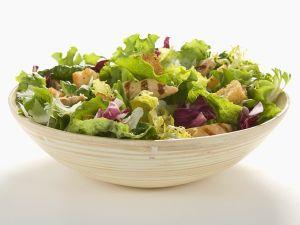 Salat mit Hähnchen und Croutons Rezept