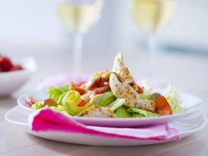 Salat mit Hähnchenstreifen, Avocado und Erdbeeren Rezept