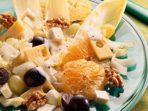 Salat mit Käse, Chicorée, Trauben und Walnüssen Rezept