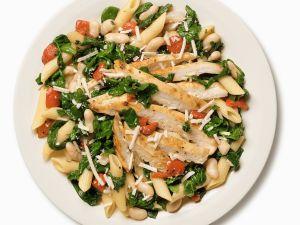 Salat mit Penne, Spinat und Hähnchenbrust Rezept