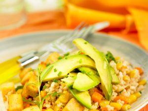 Salat mit Reis, Möhren, Mais und Tofu Rezept