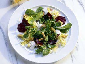 Salat mit Roter Bete und Nüssen Rezept