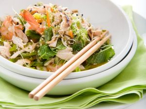 Salat mit Shrimps und Hühnchen Rezept