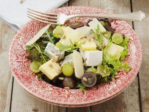 Salat mit Trauben und gemischtem Käse Rezept