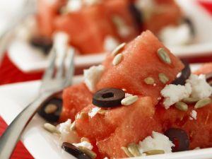 Salat mit Wassermelone, Oliven, Feta und Sonnenblumenkernen Rezept
