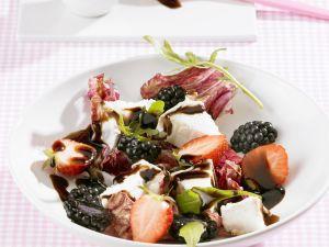 Salat mit Ziegenkäse, gemischten Beeren und Balsamessig Rezept