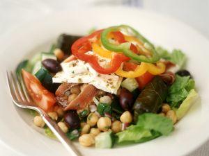 Salat  mit Ziegenkäse, Kichererbsen und gefüllten Weinblättern Rezept
