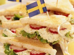 Sandwich mit Eiern, Salat und Radieschen Rezept