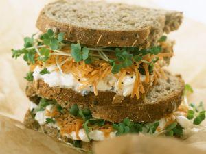 Sandwich mit Hüttenkäse, Möhren und Kresse Rezept