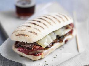 Sandwich mit Rindfleisch, Käse und getrockneten Tomaten Rezept