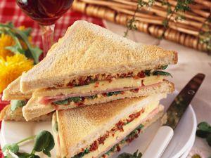 Sandwich mit Schinken, Käse und Tomatenbutter Rezept