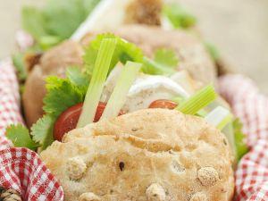Sandwich mit Ziegenkäse, Tomaten, Sellerie und Koriander Rezept