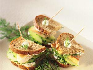 Sandwiches mit Forellencreme und Gurke Rezept