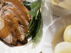 Sauerbraten mit Kartoffelklößen und Sauce Rezept