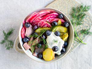 Scandi-Bowl mit Matjes und Ringelbete Rezept